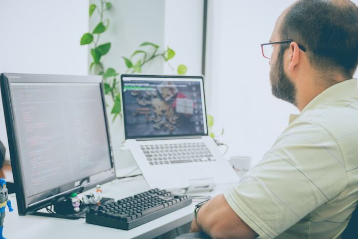 man at pc working outside how to be a freelance writer