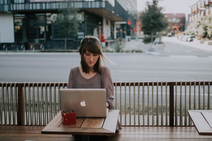 woman at pc working outside how to be a freelance writer